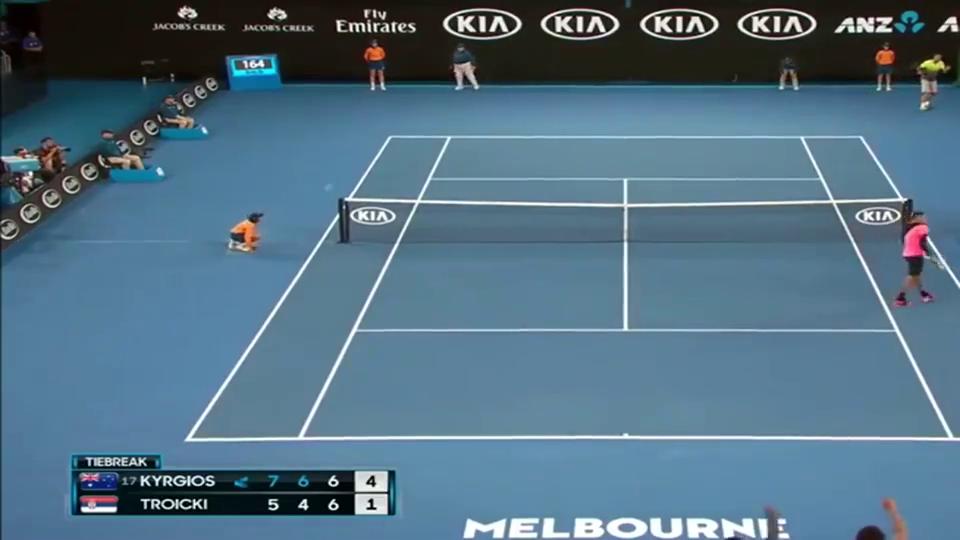 尴尬了吧,网球运动员接发不小心打到裁判,隔着屏幕都感觉到头疼