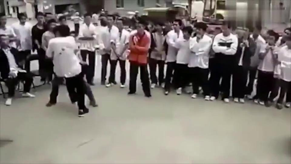 咏春大师街头实战,架势刚摆好,就遭对手一通乱抡!