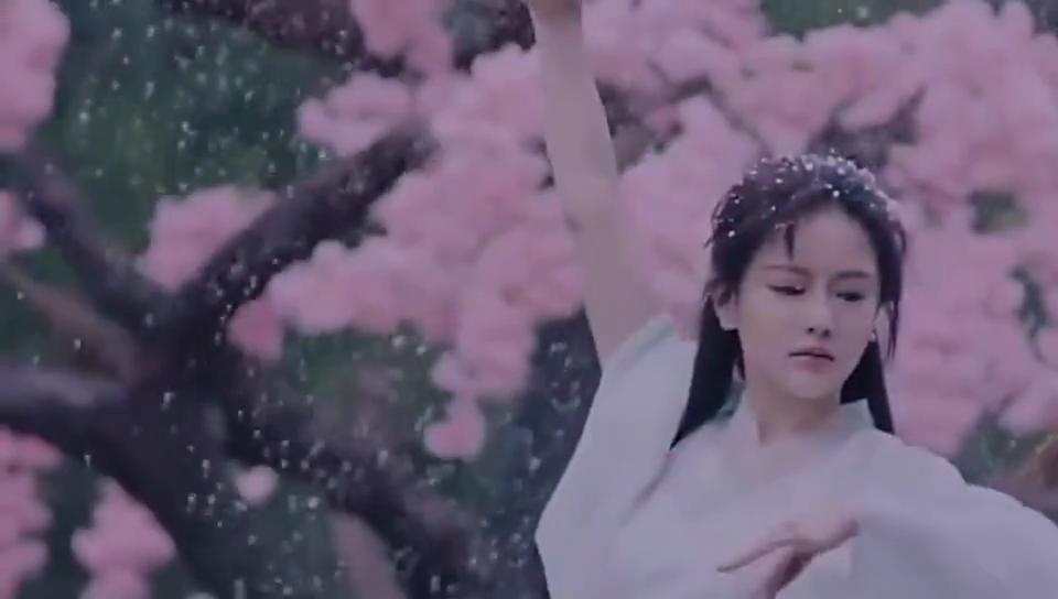 女子在雪中翩翩起舞,等候心上人:你再不来,我就要魂飞魄散了
