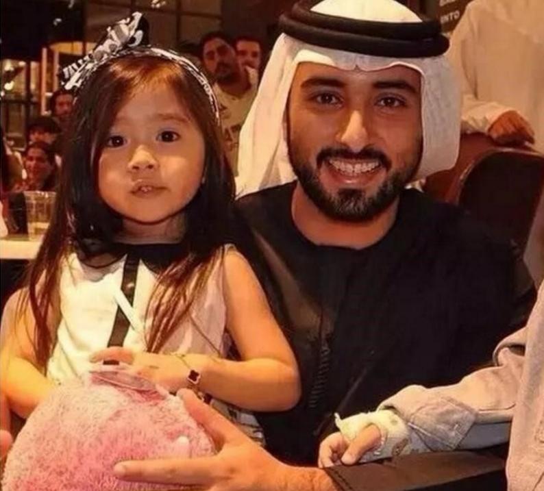 5岁混血小女孩因为太可爱全家被接到迪拜包养,如今长成了这样。