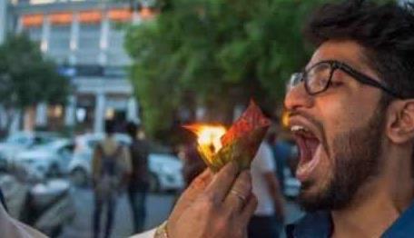 印度街头有名的小吃 燃烧的槟榔叶直接往嘴里塞 据说能清新口气