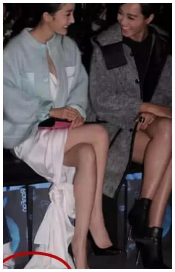 杨幂的裙子被小孩多次踩脏,她的反应让人失望,网友:这才真实!