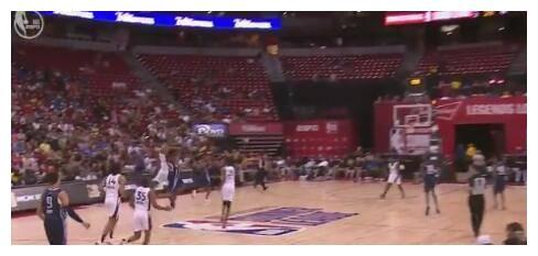 神奇!约什-里弗斯双手扔球砸篮板 命中半场三分