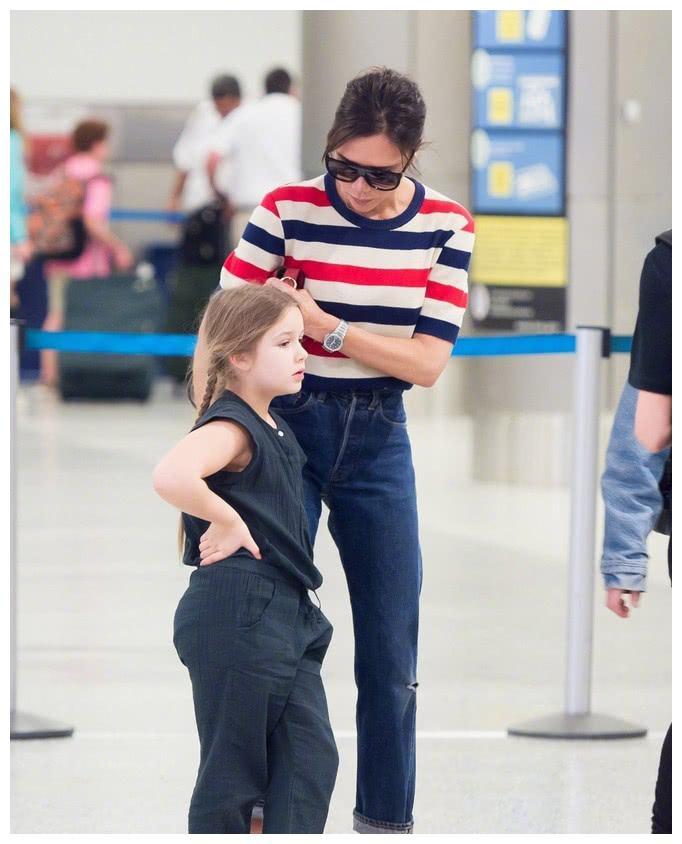 贝嫂独自带小七克鲁兹现身机场,兄妹俩机场闹情绪