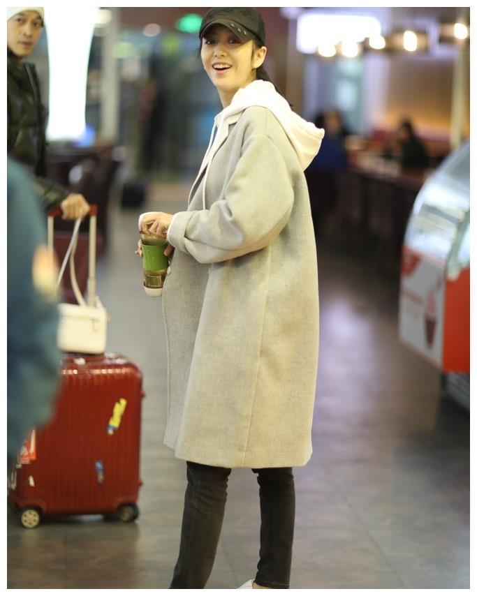 佟丽娅低调现身机场被偷拍,真实素颜照片把网友吓了一跳