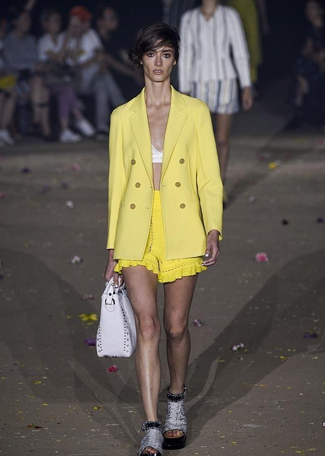 时装周:简单又不平凡的几款造型,学会你也能够玩转潮流!