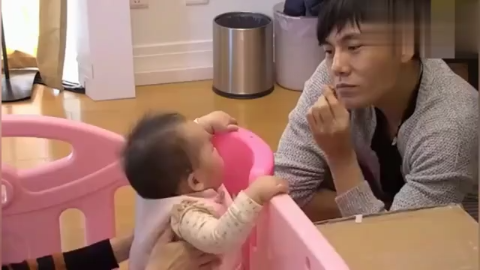 米粒盯着秦昊吃东西爸爸心软偷偷喂了一口,不让伊能静知道!