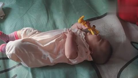 宝宝超爱的长劲鹿牙胶啃的可起劲,妈妈直呼钱没白花