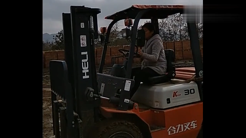 工地请了叉车师傅,效率快多了,女师傅技术你们看可以么