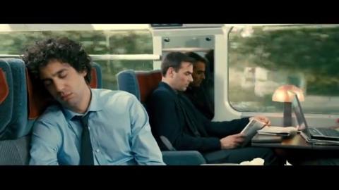 下火车全体乱挤,美女直接趴在男子怀里,直接亲了上去