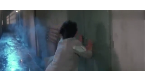 警察故事:成龙愈战愈勇,踩到个盒子直接把手持钢棍的打手吓跑