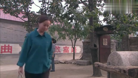 农村寡妇得知桂芳出嫁,到男子家里看望,看了一眼默默走了!