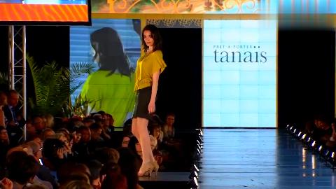 淡黄色旗袍式短裙搭配偏肤色裤袜,刺绣印花设计适合夏末初秋
