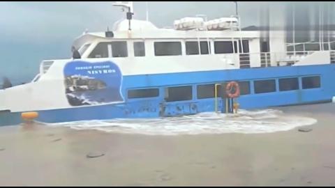 海边起大风停在岸边的大客船不敢启动被海浪拍打得摇摇晃晃