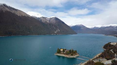 无人机航拍西藏巴松措,蓝天碧水与雪山相伴,宛如人间仙境