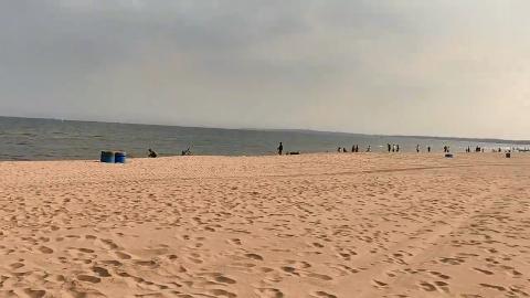 漫步秦皇岛金梦海湾浴场,垂钓观海散步,游客们都好惬意