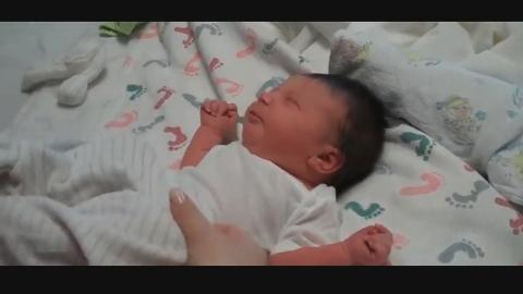 新生宝宝被妈妈穿衣吵醒,睡眼惺忪各种伸懒腰,可爱