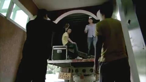 清网行动:男警趁嫌犯帮忙推车,把他按倒,直接开车拉回局里了