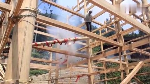 湖南农村建新木房子,上主房梁要绑一挂炮放着上去,这风俗有吗?