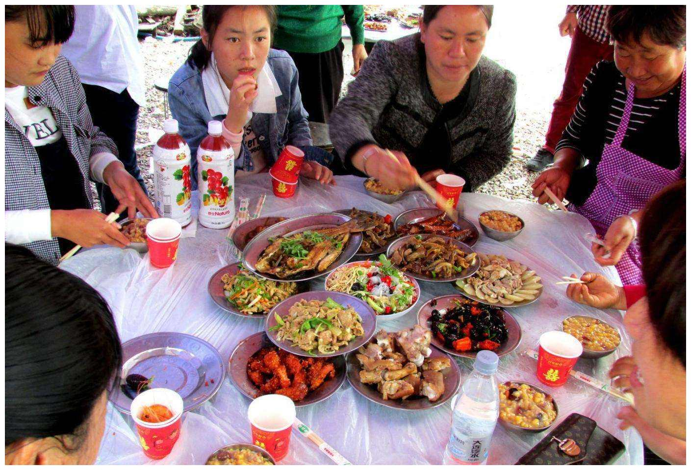 在农村吃酒席,一道菜上桌之后客人都离席,原因很简单