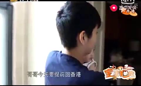 张丹峰再三叮嘱儿子一个人登机需要注意事项,真是暖心的好爸爸