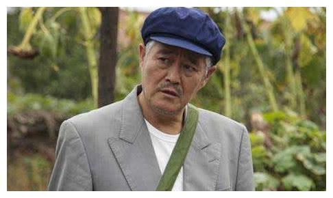62岁赵本山现身,满头白发尽显老态,网友关注照片中的小孩是谁