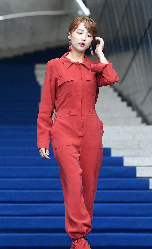 朴河宣这款橘红色连体工装裤适合上班族,节省早上思考穿衣时间