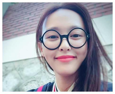 女星戴上眼镜后,刘亦菲淑女范,热巴淑女范,最后一位美到窒息