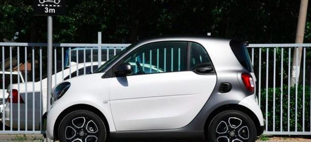 21万时尚两门小型汽车,内饰一般、发动机抖动,到底什么吸引人呢