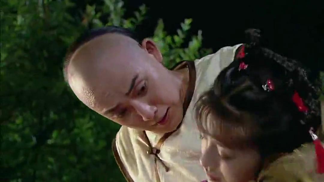 新还珠格格:小燕子撞树上与永琪斗气,找来班画师一起解围