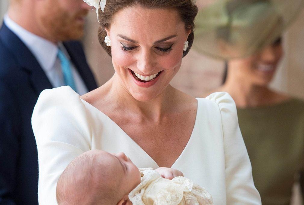 凯特王妃抱熟睡小王子接受洗礼,露出宠溺笑容
