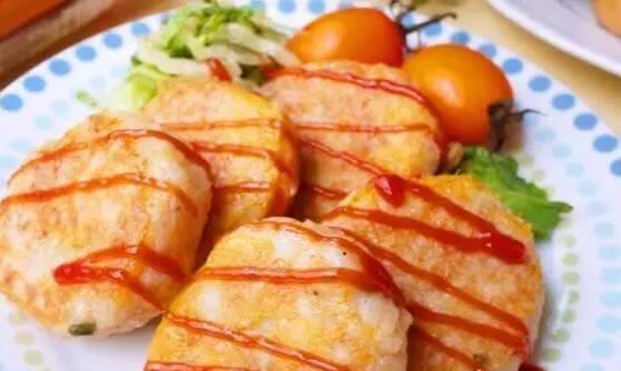 鸡蛋土豆饼,土豆压泥,裹上蛋液煎香,黄灿灿香喷喷~