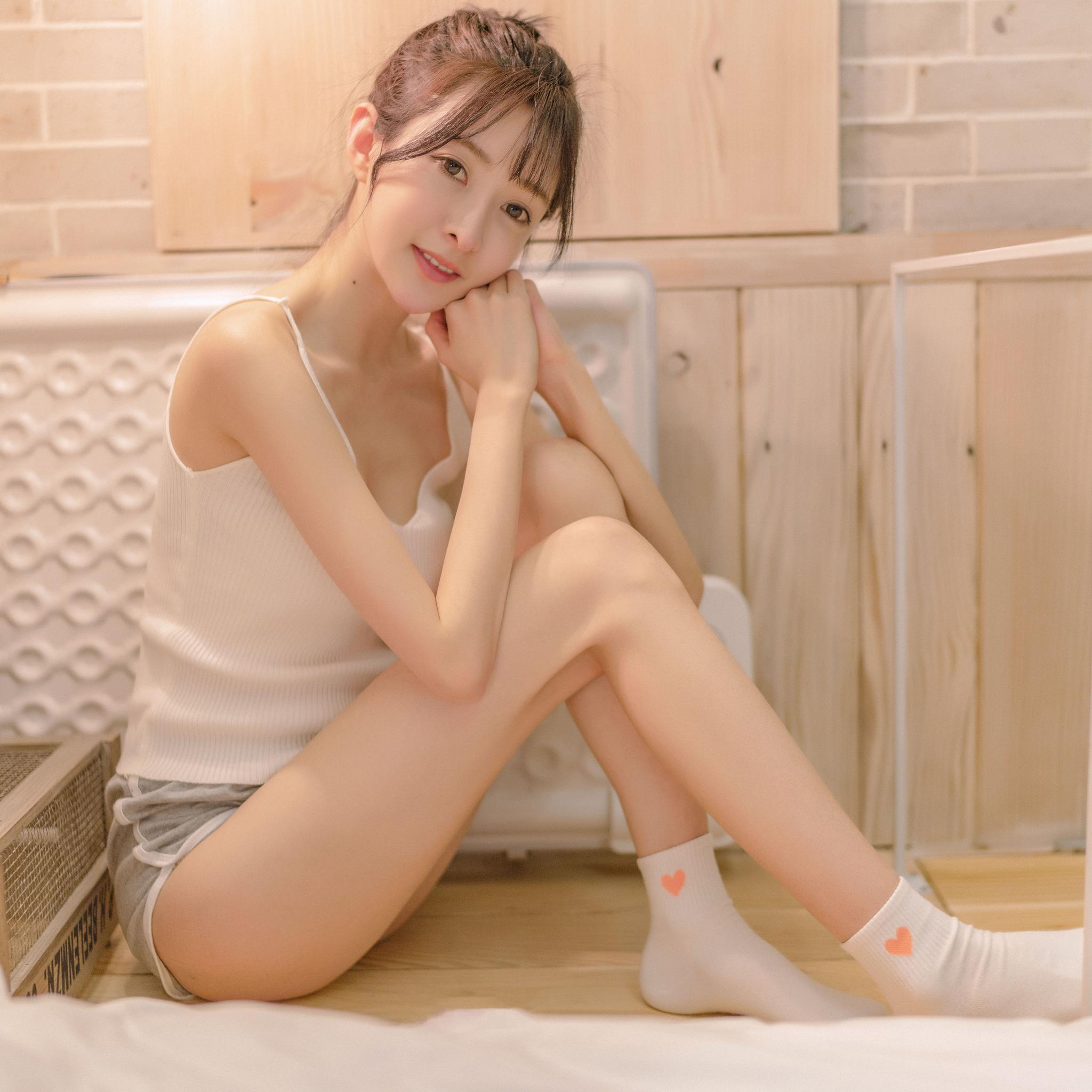 艺术美女性视频_小清新美女拍摄艺术照 这小腿细的跟胳膊差不多粗