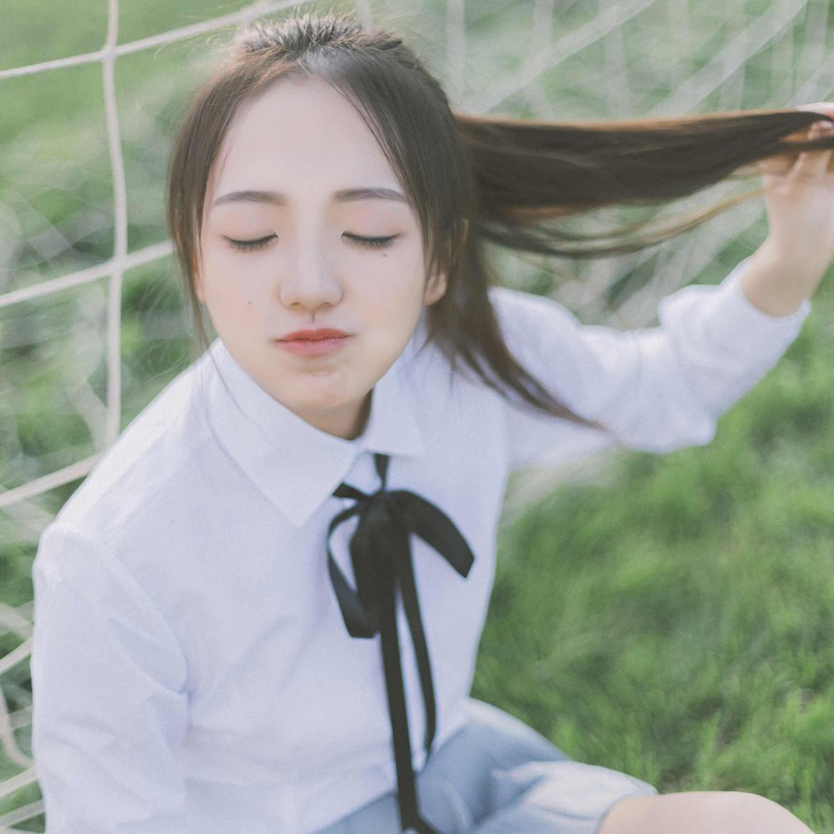 超漂亮的白美女迷你短裙美女学生,百看不厌衬衣拼图游戏图片