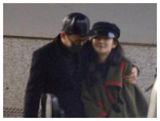 生产后出院的女星:谢娜低调,杨颖给媒体发红包,她却很可怜