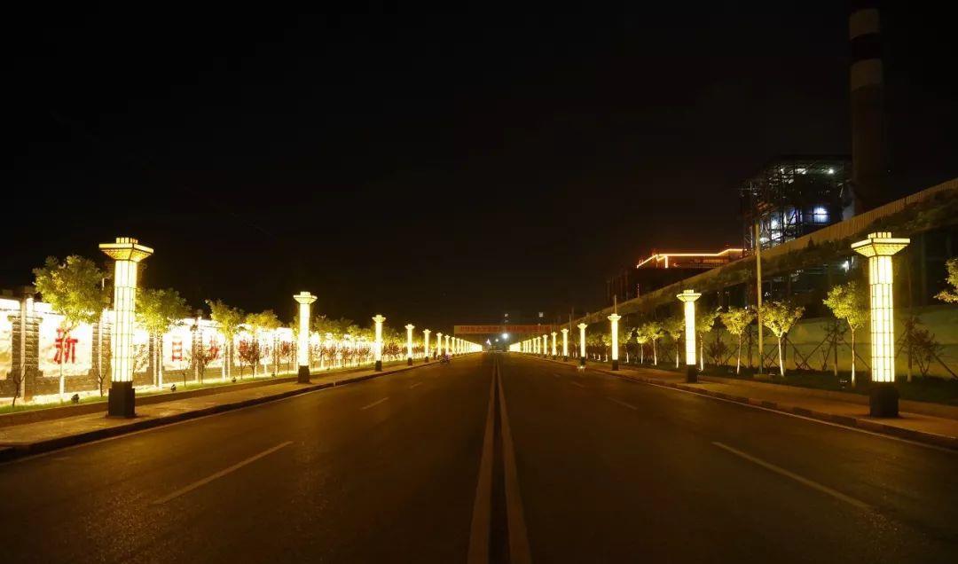 黑得透亮 灯光璀璨的办公大楼 点亮你甜美的梦乡 城市入梦星夜低垂 丑