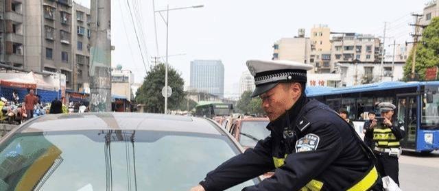 找不到停车位咋办?交警:记住这些方法,可以避免被贴罚单!