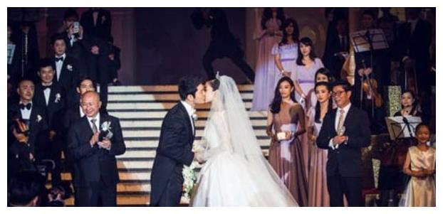 黄晓明的世纪婚礼请不动他,有个人的婚礼,她却低调出席
