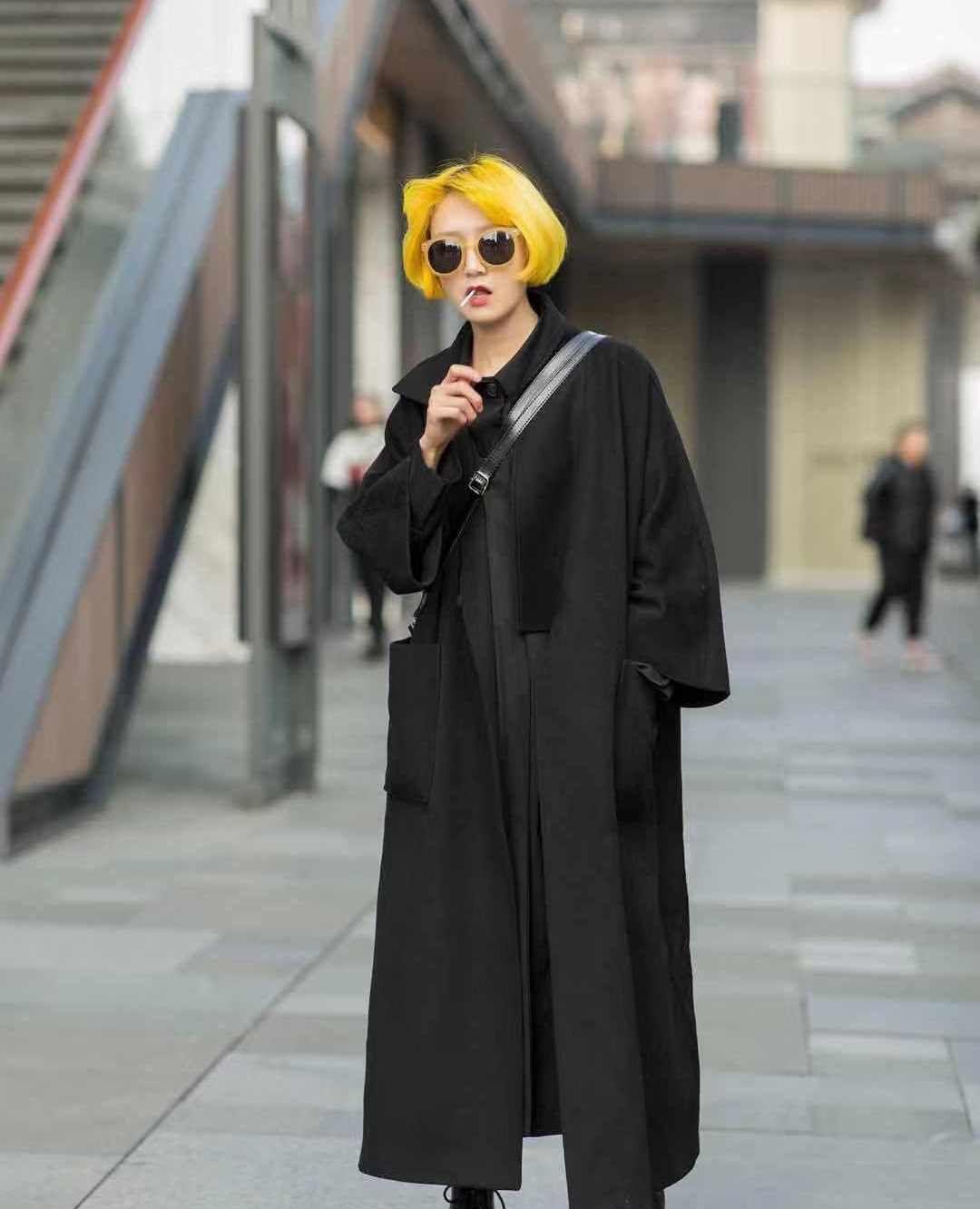 街拍:小姐姐黑色长款外套搭配马丁靴,发色时尚个性魅力十足