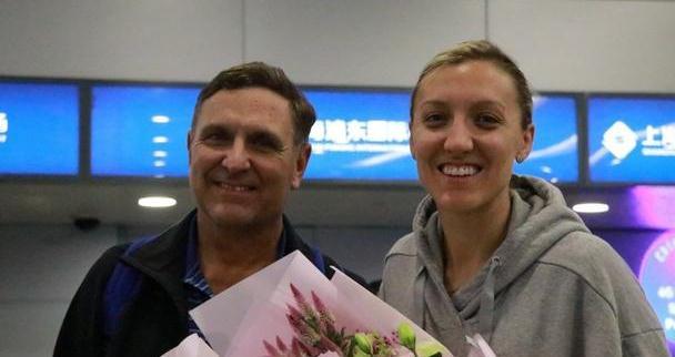 拉尔森正式抵达上海!父亲陪伴,新赛季将和天津女排一拼到底