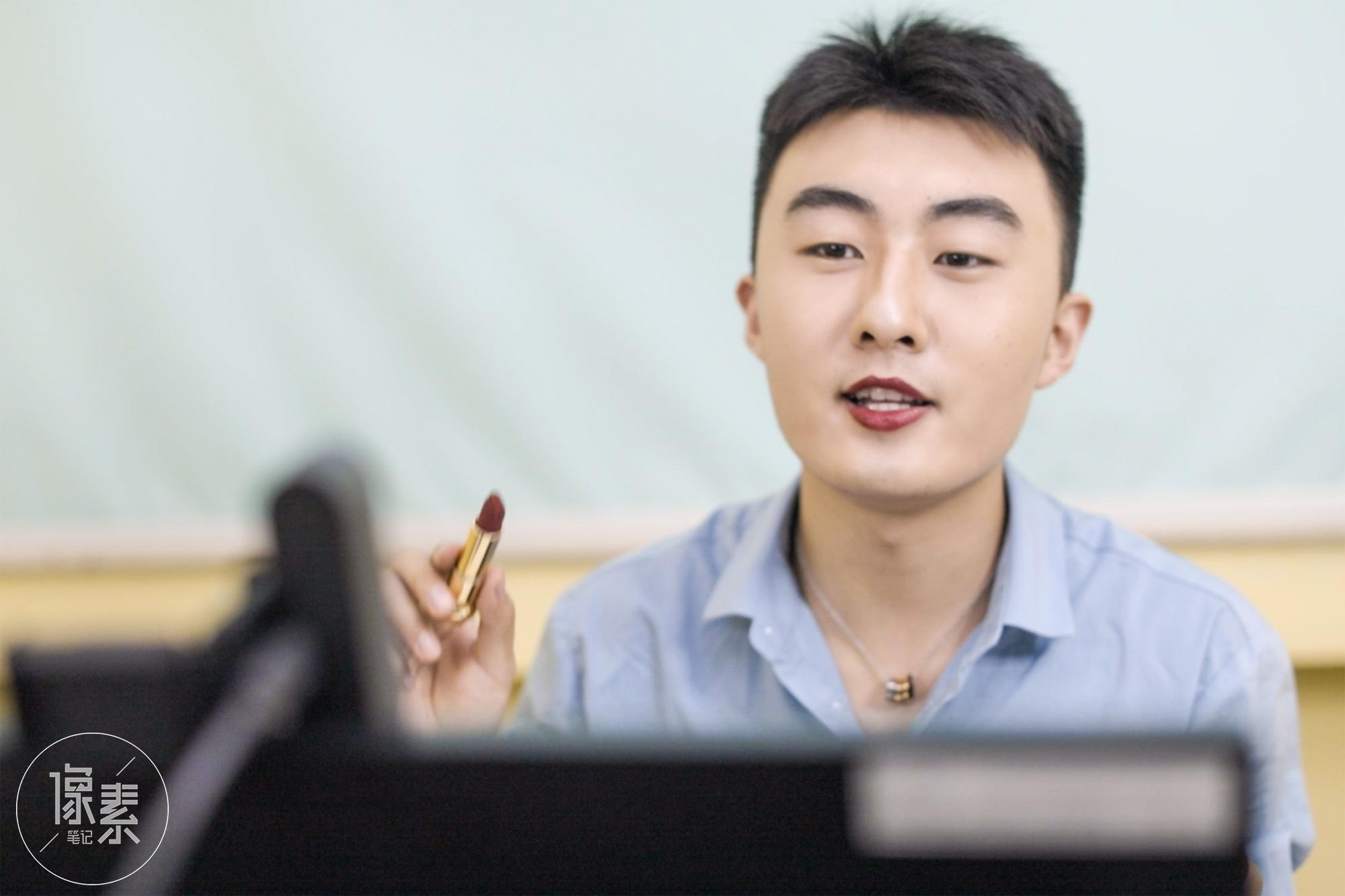 """广州大三男生每天化妆被说""""娘"""",却靠美妆直播年入百万"""