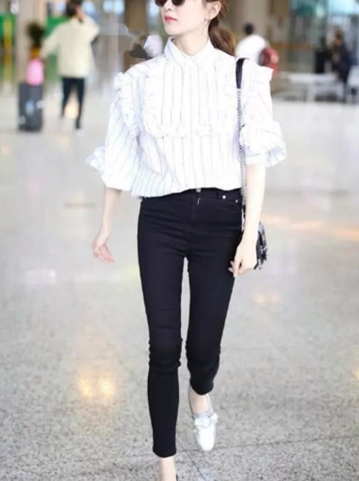 简单百搭小脚裤,展现细直腿型,让你成为行走的衣架子