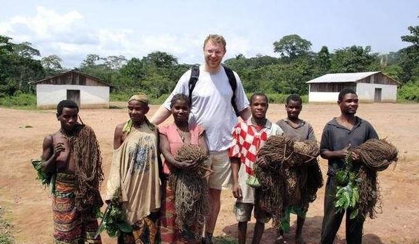 """直击非洲的""""霍比特人"""",八九岁就生儿育女,实行""""一夫一妻制"""""""