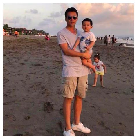 汪小菲戴墨镜外出,抱着儿子玩自拍,汪希箖却比汪希玥更害羞!