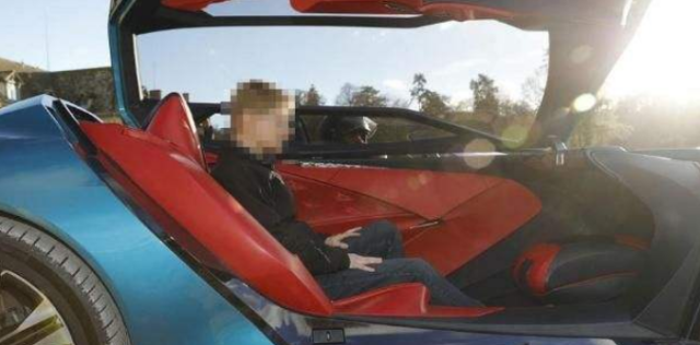 全球首台可乘坐3人的超跑诞生!造型太时髦,透明地板才是重头戏