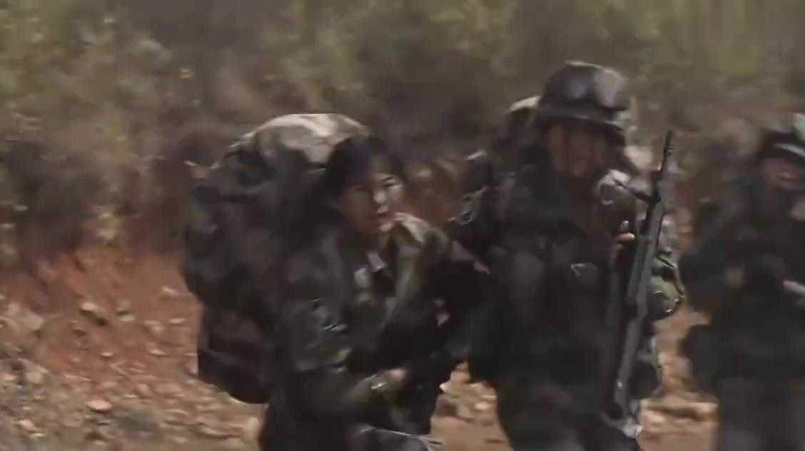 女特种兵在训练时偷懒,谁知身后的恶狗紧跟随,女兵赶紧疾步跑!
