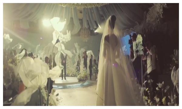 张馨予普通婚礼美出新高度,她一双婚鞋约7000颗水晶被宠上天