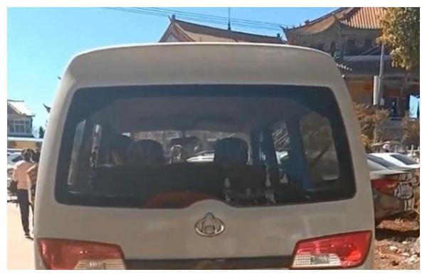 云南偶遇一面包车,当看到挂着车牌时,路人给我都不好意思开!