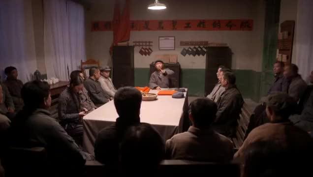 老农民村里成立人民公社为庆祝国庆节小伙接下写对联的重任