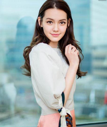 杨颖签下17岁混血艺人,长相神似昆凌,气质不输杨幂,迪丽热巴!
